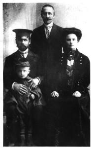 Фёдор Лощиц (стоит) с женой Татьяной сыном Николаем и свёкром Максимом