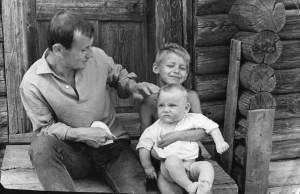 На крыльце с сыновьями в с. Чернокулово. 1969 г
