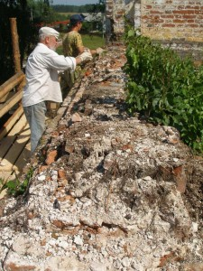 Ю. Лощиц на разборе разрушенной кладки на втором ярусе храма в Пречистом