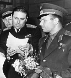 В редакции Красной Звезды. Ю.А.Гагарина встречает первый зам. главного редактора М.Лощиц